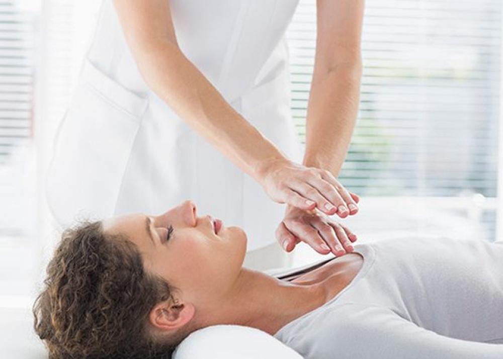 trattamento Reiki mani sul cuore